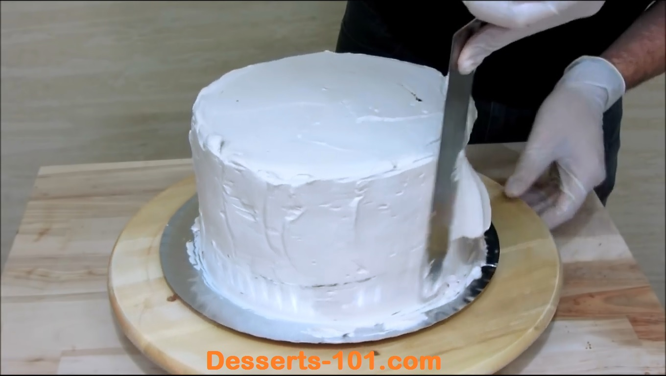 Smooth ice sides of the cake.